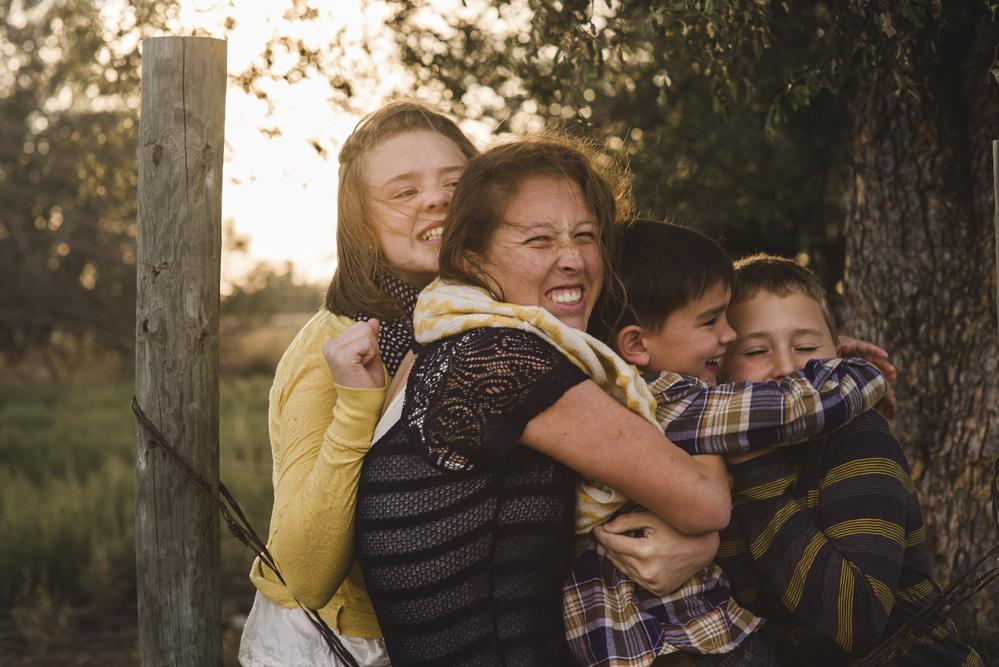 siblings-hugging